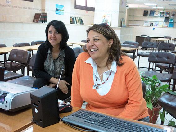 Une enseignante avec Safinaz El Antabli-responsable du CDI du Collège Saint Marc dialoguant avec leurs homogues du collège Grande Bastide à Marseille en vision conférence-2014©cdussol